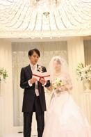 ご結婚式で誓いのメッセージを読む新郎新婦さま