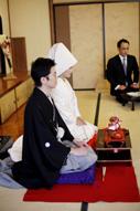 東京のウェディングフォトが撮影できる料亭で、親族顔合わせに登場する和装の新郎と綿帽子に白無垢姿の新婦のドキュメンタリースナップ