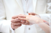 挙式当日、指輪交換する新郎新婦のドキュメンタリースナップ