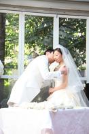 挙式当日、誓いのキスをする新郎新婦のドキュメンタリースナップ