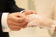 指輪交換をする新郎新婦の手元のアップの様子