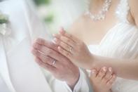 挙式当日、指輪交換をした新郎新婦のドキュメンタリースナップ