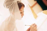 証明書へサインする花嫁さま