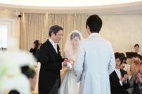 ご結婚式にてお父様から新郎さまの元へ行く新婦さま