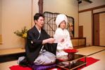 東京のウェディングフォトが撮影できる料亭で、親族顔合わせをする和装の新郎と綿帽子に白無垢姿の新婦のドキュメンタリースナップ