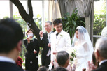 挙式当日、退場する新郎新婦のドキュメンタリースナップ
