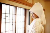東京のウェディングフォトが撮影できる料亭で写真と撮る綿帽子に白無垢姿の新婦