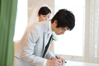 シャングリラホテルにて結婚証明書にサインをする新郎さま