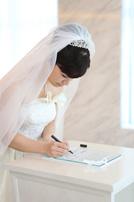 シャングリラホテルにて結婚証明書にサインをする新婦さま