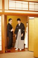 東京のウェディングフォトが撮影できる料亭の、和装の新郎と白無垢姿の新婦のドキュメンタリースナップ