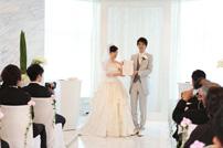 結婚証明書にサインをし参列の方々より祝福される新郎新婦様