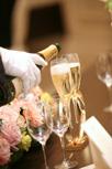 グラスに乾杯のシャンパンを注ぐ様子