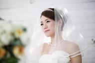 結婚のスピーチを聞くウェディングドレスの新婦さま