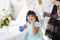 ブルーのドレスを着たゲストの女の子も一緒に写真撮影