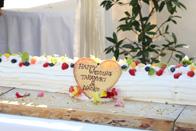 ウェディングケーキのハートのプレートも可愛くデコレーションされています