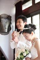 挙式当日の会食中の新郎新婦のドキュメンタリースナップ