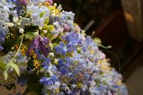青を基調とした豪華なテーブル装花