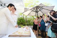 ケーキ入刀の瞬間をみんなで記念撮影