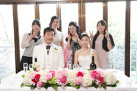 挙式当日の会食中の新郎新婦の集合写真