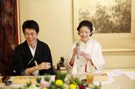 東京のウェディングフォトが撮影できる料亭での会食中の新郎新婦のドキュメンタリースナップ