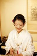 東京のウェディングフォトが撮影できる料亭での会食中の白無垢姿の新婦