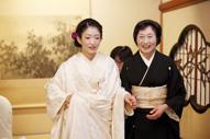 東京のウェディングフォトが撮影できる料亭での白無垢姿の新婦と黒留袖の母親のドキュメンタリースナップ