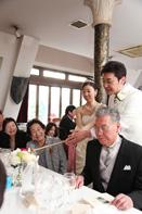 挙式当日の会食中の新郎新婦によるキャンドルサービスのドキュメンタリースナップ