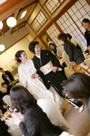 東京のウェディングフォトが撮影できる料亭での会食中のドキュメンタリースナップ