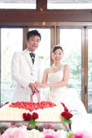 挙式当日の会食中の新郎新婦のケーキ入刀のドキュメンタリースナップ