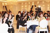 祝福の拍手をする披露宴会場のゲストの方々