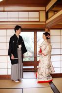 挙式当日にウェディングのイメージフォトを撮る新郎新婦