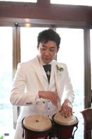 挙式当日に楽器を演奏する新郎のドキュメンタリースナップ
