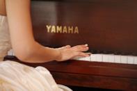 挙式当日にピアノを演奏する新婦のドキュメンタリースナップ
