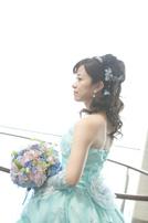 淡いブルーのカラードレスをお召しになったご新婦さま
