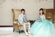 淡いブルーの洋装お衣装にお召替え後はソファに座って記念撮影