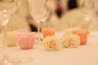 テーブルにディスプレイされたバラのキャンドル