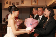 挙式当日の花束贈呈のドキュメンタリースナップ