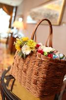 バスケットにはゲストへお渡しするお花がたくさん入っています