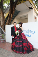 レッドとブラックがクールなカラードレスとタキシードにチェンジした新郎新婦