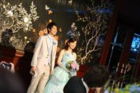 入場の際に笑顔でポーズを決める新郎新婦さま