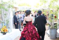 赤のカラードレスとタキシードにチェンジして入場する新郎新婦