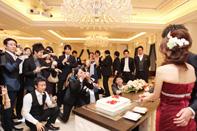 披露宴のケーキ入刀の様子をゲストの方々も撮影