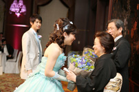 新婦からお母様へ花束の贈呈