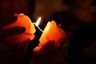 キャンドルリレーでは願いを込めながら火を灯していく