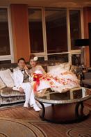 ソファでリラックスしたカラードレスの記念写真