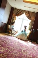 ご結婚式後ゆっくりと余韻に浸る新郎新婦のスナップショット
