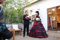 青いナポリのご結婚式会場でスピーチをする新郎新婦さま