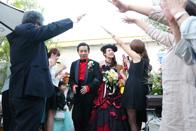カフェウェディング青いナポリでゲストに祝福される新郎新婦