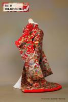 花丸文様や花扇などの花づくしの上に鳳凰とつがいの鶴が飛び交う、豪華な赤の色打掛