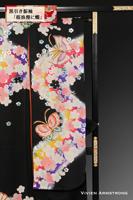 煌めく桜の花のあいだを蝶が舞い飛ぶロマンティックで鮮やかな黒引き振袖